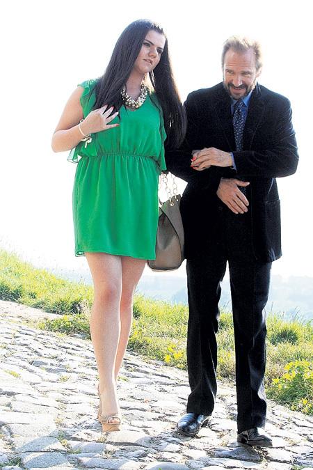 Рэйф ФАЙНС галантно помогал девушкам на высоких каблуках пройти тернистый путь. С одной из них (на фото) актёр во время свадьбы был почти неразлучен
