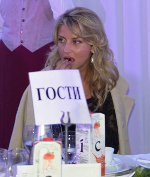 ...Катя Архарова закусывала фруктами. Актриса очень следит за фигурой.
