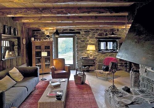 На первом этаже дома - уютный каминный зал