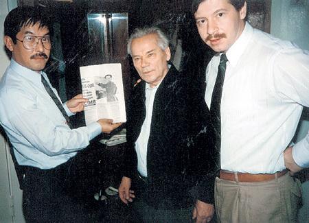 Знаменитый конструктор на встрече с другом Александром ЖЕЛТОВЫМ (справа) и японским писателем Масами ТАКОЕ (слева)