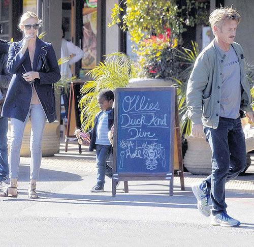 Шарлиз, Джексон и Шон часто захаживают полакомиться уткой в свой любимый ресторан в Малибу - «Olli's Duck&Dive»