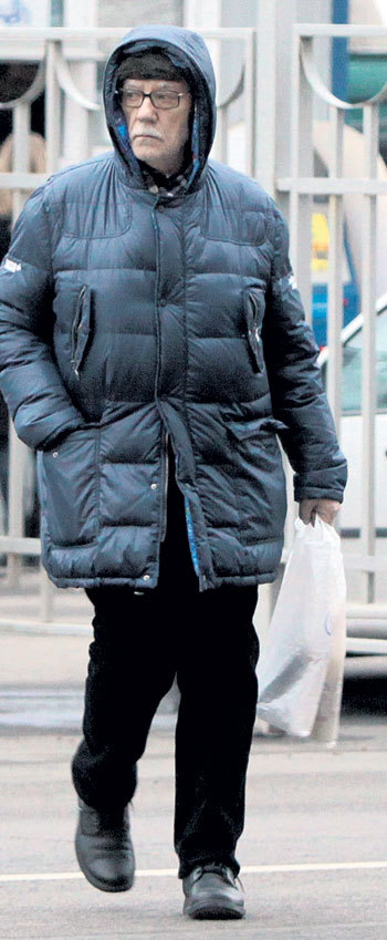 Леонид Вячеславович купил себе бутылочку недорогого клубничного ликера под итальянским брендом, но сделанного на одном московском заводике