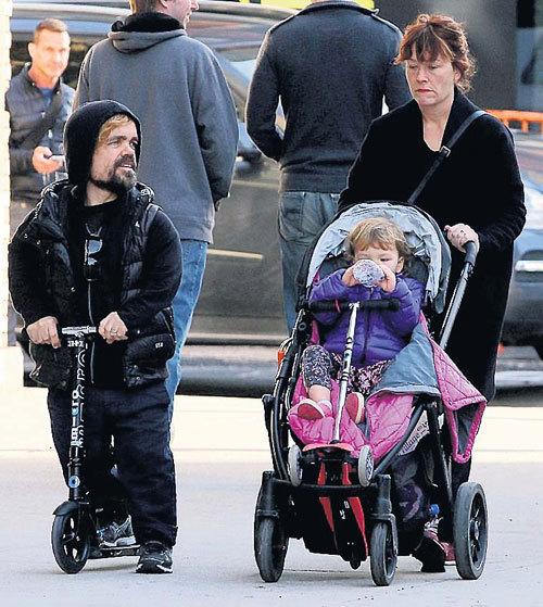 Питер ДИКЛЭЙДЖ с женой Эрикой и сыном Зелигом любят гулять по Нью-Йорку, но в полном составе семейству удается собираться не часто