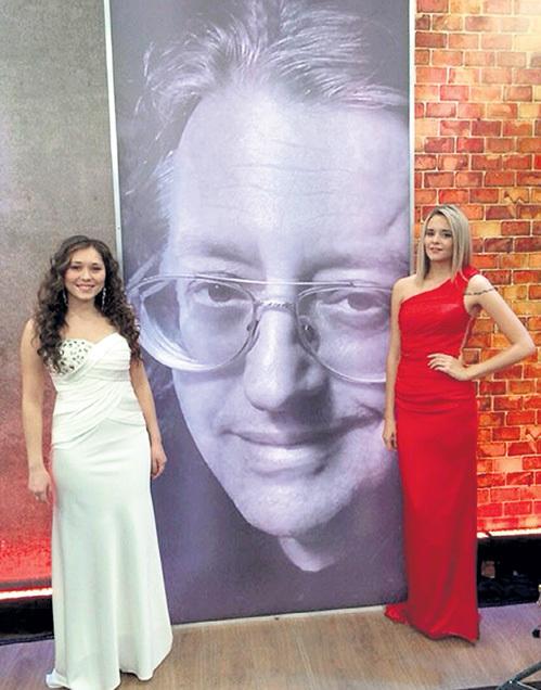 Гульшат ХАМУРЗИНА (слева) спела с ВОРОБЬЁВОЙ романс «Две розы», но вылетела из шоу, уступив конкурентке. Фото:  Vk.com