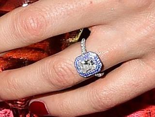 ...за 160 тыс. ф. ст. в кольце, подаренном в ознаменование помолвки Бенедиктом КАМБЕРБЭТЧЕМ