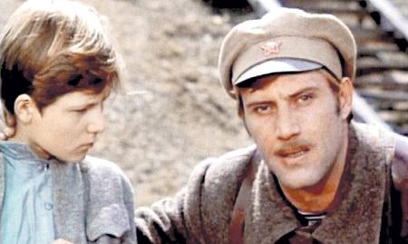 Съёмки «Кортика» шли с утра до ночи. Вечерами ГОЛУБОВИЧ разводил костёр и угощал юных актёров печёной картошкой (на фото с Сергеем ШЕВКУНЕНКО, кадр из фильма)