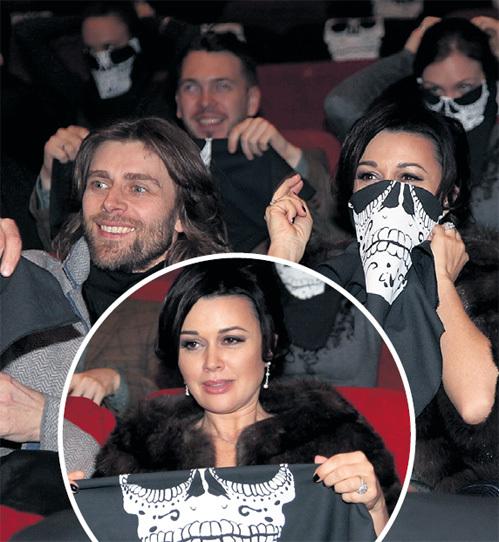 Гости премьеры - ЧЕРНЫШЁВ и ЗАВОРОТНЮК - повязали банданы на лицо по примеру Эдриена