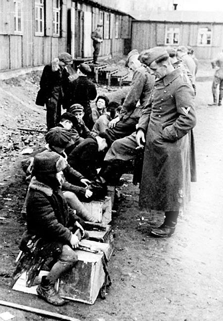 Чтобы выжить, ребятишки работали за корочку хлеба. Надраивая немцам сапоги, они мечтали вырасти и поубивать фашистских гадов
