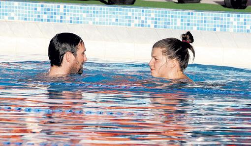 В бассейне возлюблённый доставил актрисе неземное удовольствие...
