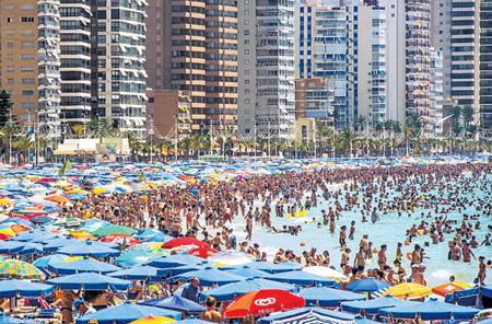 Пляж Бенидорма забит англичанами - каждый третий турист в Испанию приехал с туманного Альбиона