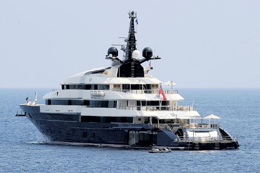 Яхта «Seven Seas» построена по заказу СПИЛБЕРГА в Нидерландах. К услугам гостей семь сьютов, кинотеатр, бассейн и вертолётная площадка