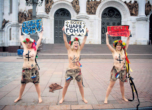 В Москве девицы из украинской группы «Femen» бесились у храма Христа Спасителя в поддержку столичной «пятой колонны», всегда недовольной российской властью и русской церковью...
