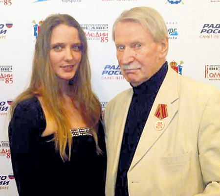 Иван Иванович нашёл себе новую Наташу, разница в возрасте с которой космическая - 60 лет. Фото: Vk.com