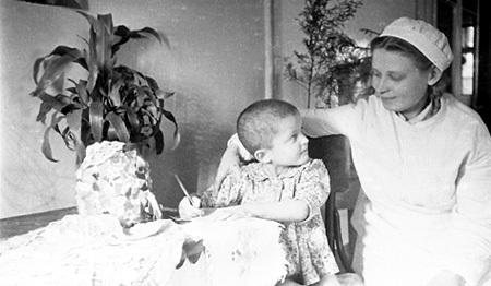 Во время войны эвакуированных завшивленных детей жители Средней Азии разбирали по домам и лечили. А тифозных выхаживали в госпиталях