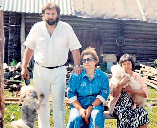 56-летняя Людмила в конце земного пути жила с художником Сергеем СОКОЛОВЫМ и часто бывала на даче в деревне Лисичкино у сестры Гали (на фото в центре)