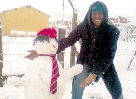 Незаконных мигрантов хотят пристрастить к лепке снеговиков