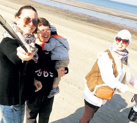 ...Дмитрий запретил (на фото она с мамой, племянником и сестрой Жанной; Юрмала, 2014 г.). Фото: Instagram.com