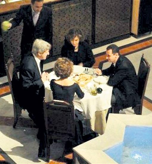Ещё не так давно Госсекретарь США Джон КЕРРИ (слева) не брезговал обедать с четой АСАД. А теперь пытается выдать Башара за исчадие ада