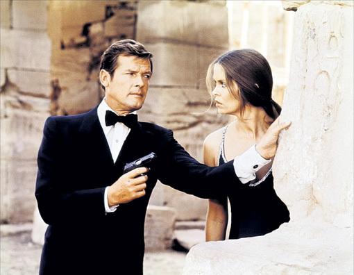 Роджер исполнил роль Джеймса БОНДА в семи картинах (с Барбарой БАХ в фильме «Шпион, который любил меня»)