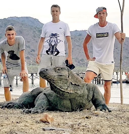 Антон ШУНИН (справа) не испугался комодского варана, но большую палку держал наготове