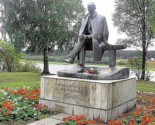 Памятник в Тотьме Вологодской области был установлен к 50-летию поэта. Выйдя из детдома, он учился здесь в лесном техникуме и работал кочегаром