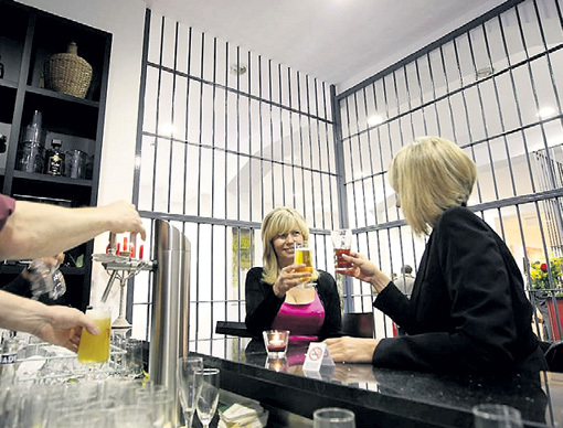 Теперь в тюрьмах откроют бары