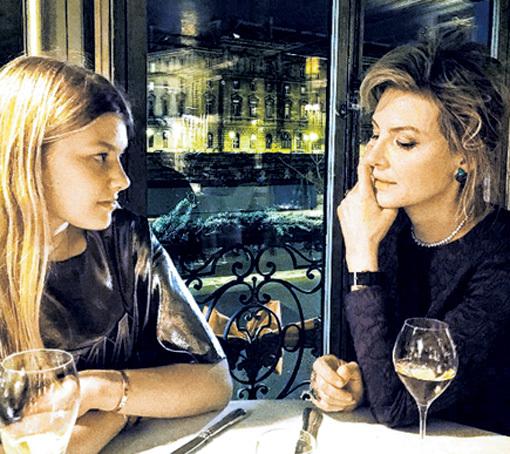 ЛИТВИНОВА с дочкой любят захаживать в легендарный парижский ресторан «Lapérouse» (основан в 1766 г.), где в своё время кутил Александр ДЮМА-старший