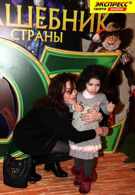 Алёна ХМЕЛЬНИЦКАЯ с дочерью Ксенией (Фото Ларисы КУДРЯВЦЕВОЙ)