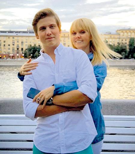 Артём с мамой. Фото: Instagram.com