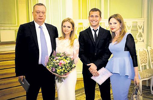 В день свадьбы Александр изображал на лице радость, а Милана ТЮЛЬПАНОВА и её родители почему-то не улыбались
