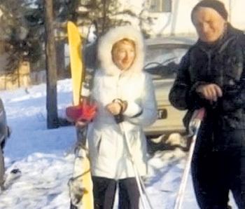 В уединённом горном местечке влюблённые катались на лыжах...