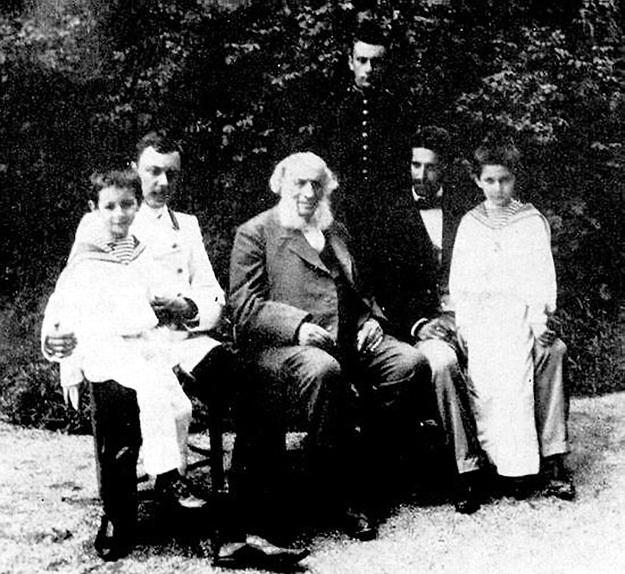 Иван Константинович с зятьями и внуками
