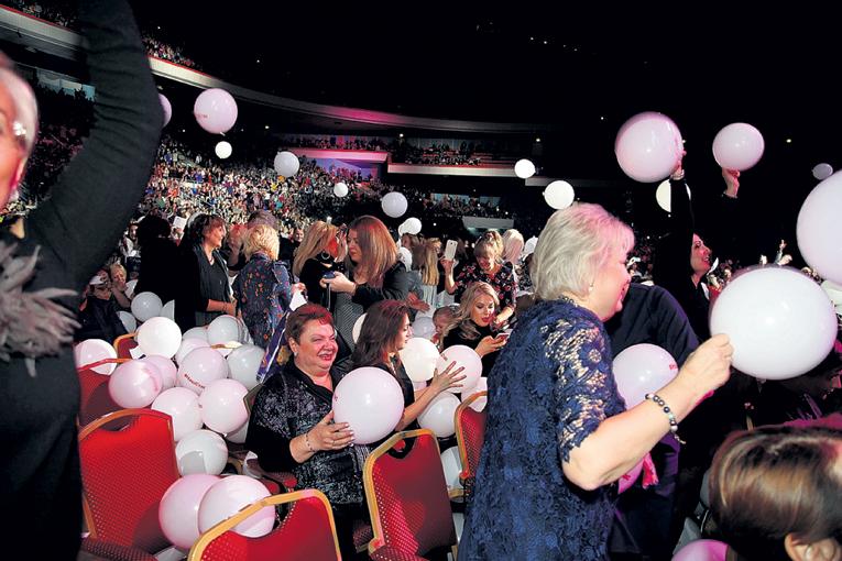 Когда на сцене зазвучала последняя в концерте песня «Девочка-лето», сверху на зрительниц высыпались три тысячи белых воздушных шариков