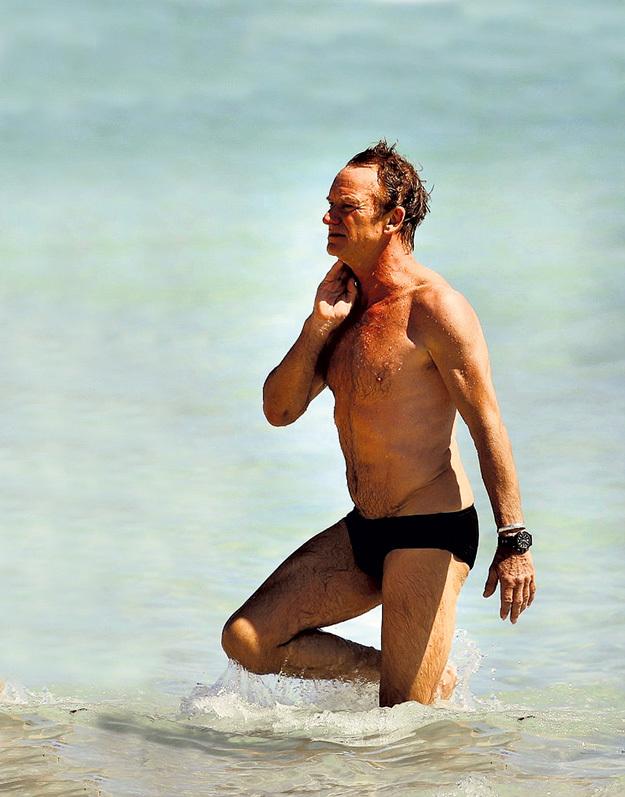 Прославленному музыканту за 60, но благодаря йоге он находится в прекрасной физической форме и даже может позволить себе надеть вместо шортов обтягивающие плавки
