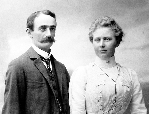 Интересно, знала ли Элизабет, откуда деньги у её богатого жениха (на фото чета ТРУМПФ в 1910 г.)