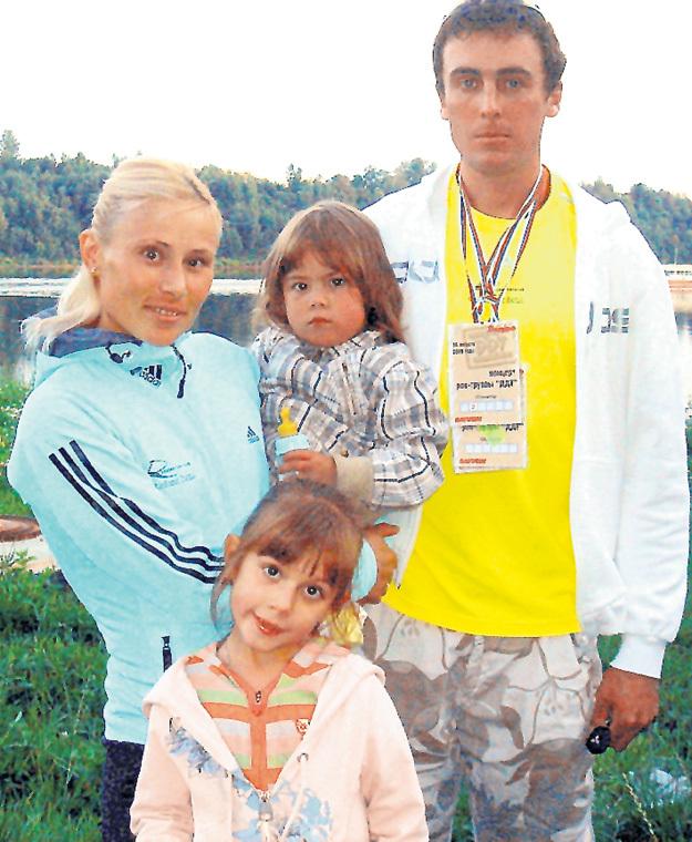 Василий РОЧЕВ с женой Юлией и дочерьми - Олесей и Василиной