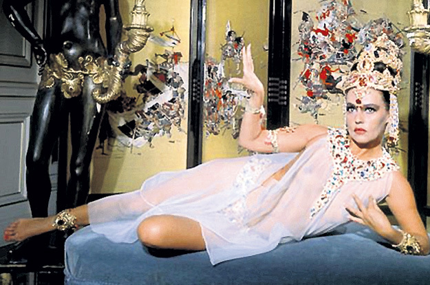 Образ Маты ХАРИ сложился из обрывков её биографии и фантазий сценаристов (кадры из фильмов разных лет): Жанна МОРО, 1964 год...