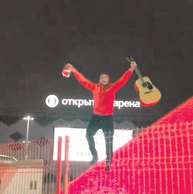 Денис с гитарой и баночкой самогона на памятнике гладиатору выдал неповторимое шоу. Фото: Instagram.com