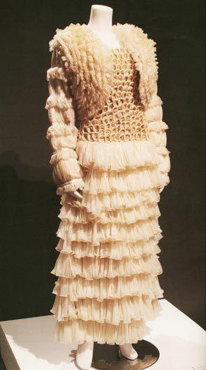 Это платье сделано из 80 тысяч презервативов. Фото: bugaga.ru