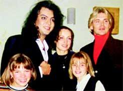 ЮЛЯ ВОЛКОВА (внизу справа): когда - то дышала в пупок Киркорову