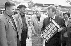 ДОЛЖОК ПЛАТЕЖОМ КРАСЕН: кроме талера, хозяину кафе г-ну Семицветову (слева) немецкий гость вручил еще и коллекцию старинных бумажных денег