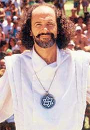 КЛОД ВОРИЛЬОН: грудь экспериментатора украшает медальон со свастикой, размещенный в центре звезды Давида!