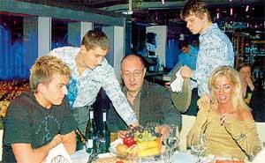 ПОП-СЕМЕЙСТВО: Михаил Топалов (в центре) с молодой подругой и молодым сыном