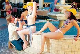 БОДИ-АРТ: конкурс проходил возле фонтана, в который Миронов опрокинул Никулина