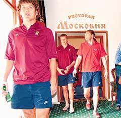 СЕННИКОВ, БОРОДИН И ОВЧИННИКОВ (слева направо): выносили из ресторана то что особенно приглянулось