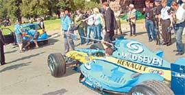 БУКСИР: вытягивает гоночную машину на старт