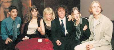 КУЗЬМИН С ДЕТЬМИ: Лиза - третья слева, Степан -крайний справа