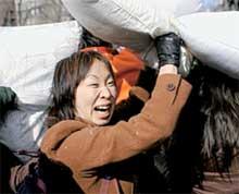 ЖЕНСКИЙ ПОДХОД: взбить подушку о голову соседа