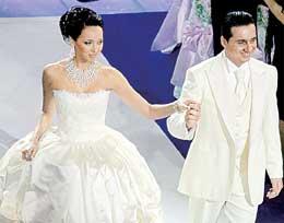 ТОРЖЕСТВЕННЫЙ ПРОХОД: Ян Абрамов свадьбой руководил лично, отдавая указания по рации