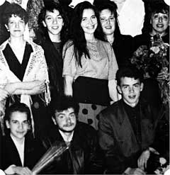 ТРУППА ШКОЛЬНОГО ТЕАТРА &#034НАБАТ&#034: Гусева (в центре) среди сверстников особыми талантами не выделялась